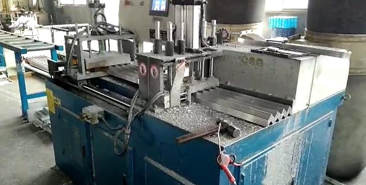 【浙江】太阳能光伏边框行业客户用邓氏DS-E400全自动光伏角码锯